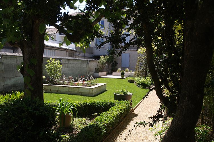 paysagiste jardin en ville angoul me engazonnement terrasse plantation. Black Bedroom Furniture Sets. Home Design Ideas